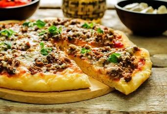 Pizza sjehněčím masem, feta sýrem a mátou
