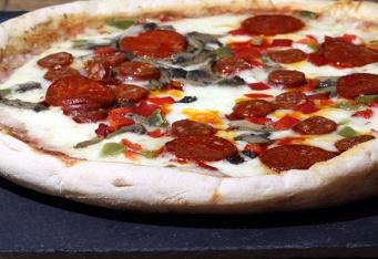 Pizza schorizem, karamelizovanou cibulí a olivami