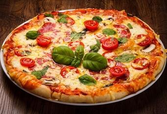 Pizza se šunkou, fíky</br> a piniovými oříšky